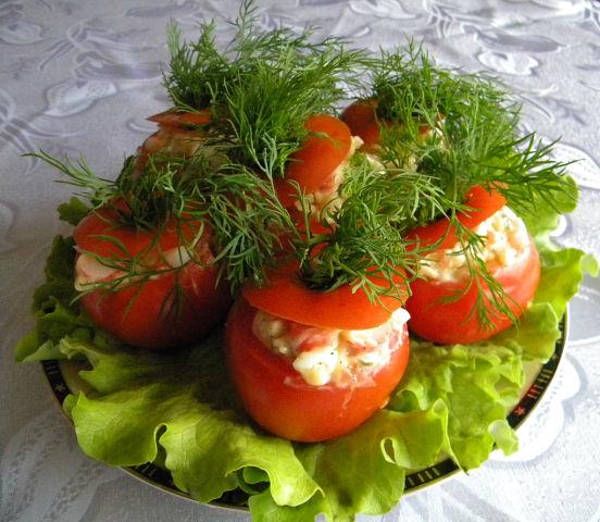 Фаршированные помидоры салатом с кальмарами