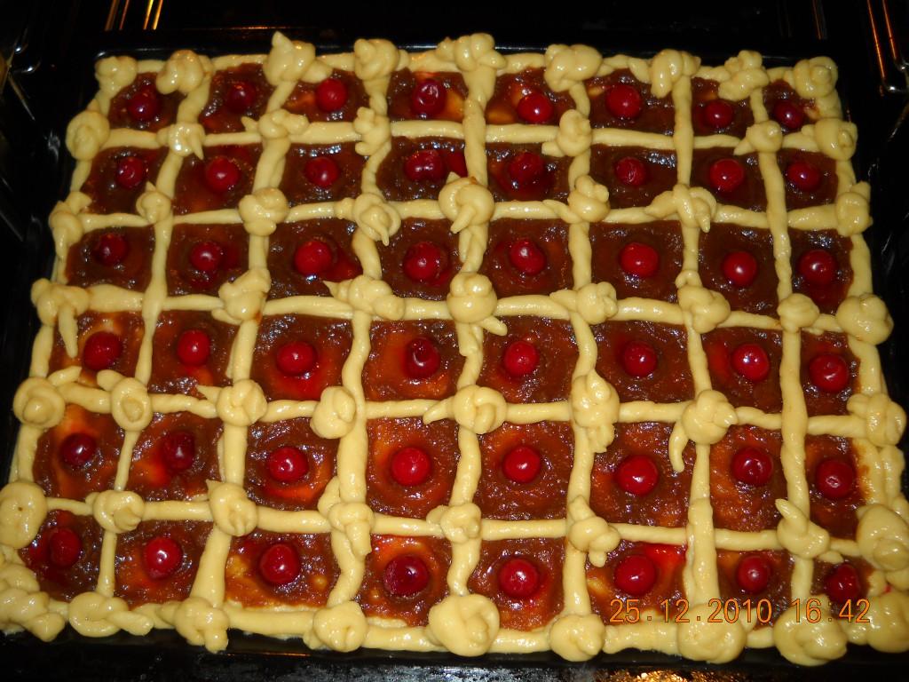 Пирог с повидлом и вишней