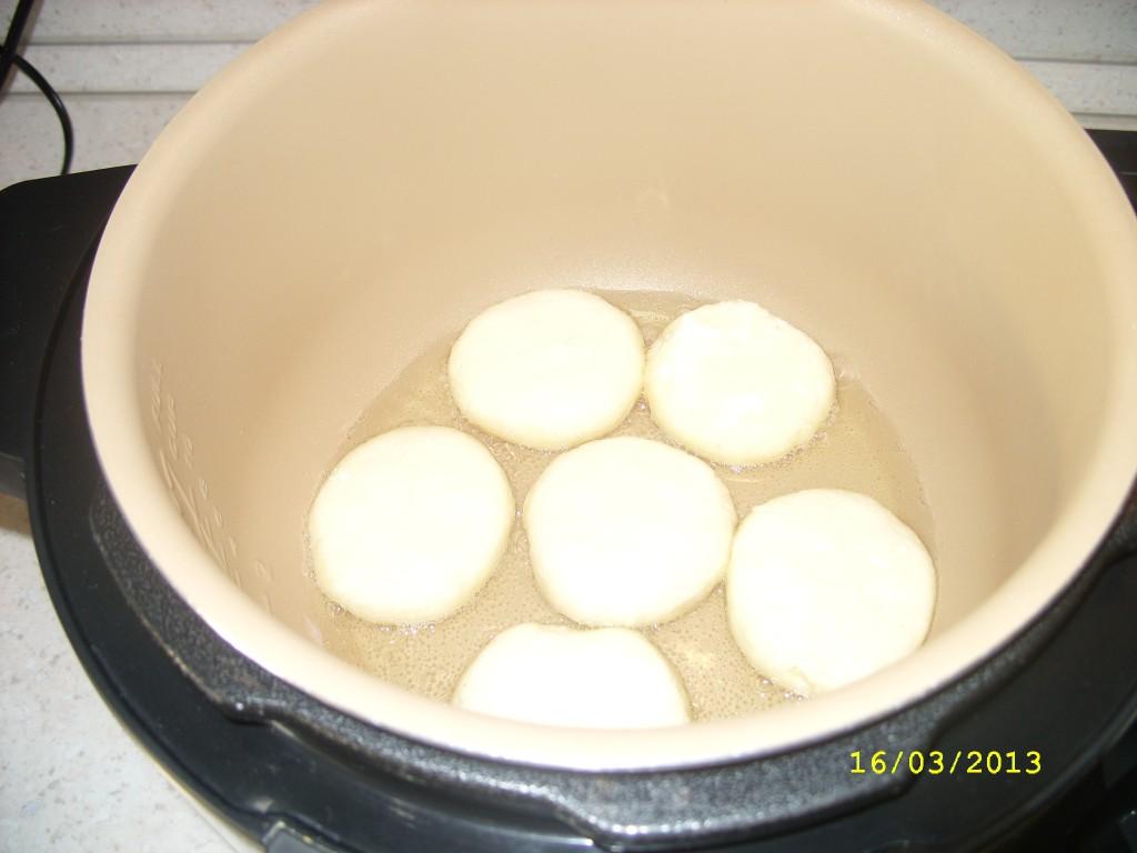 В муке и жарить сырники в мультиварке