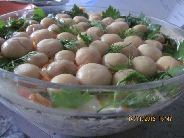 Салат лесная поляна с шампиньонами и мясом кальмара