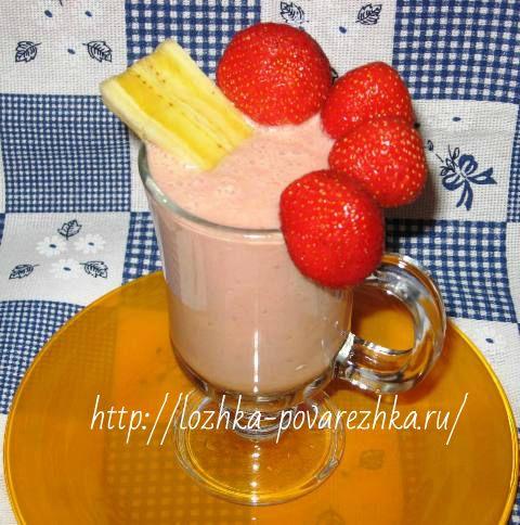 Бананово-клубничный коктейль с йогуртом и ванилью