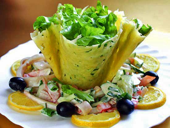 Салат из морепродуктов  в сырной корзиночке