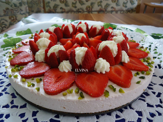 Торт-суфле с клубникой и творогом