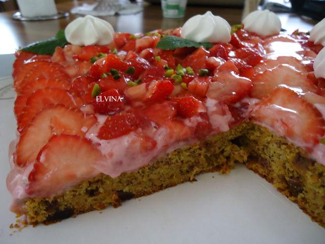 Клубничный пирог с финиками и миндалем
