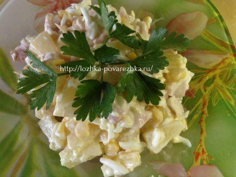 Салат «Копченая курица с ананасами»