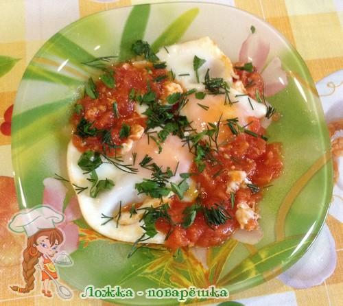 Яйца жареные с помидорами
