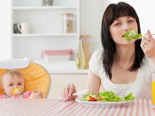 Питание кормящих мам после родов: диета или грамотно составленный рацион?