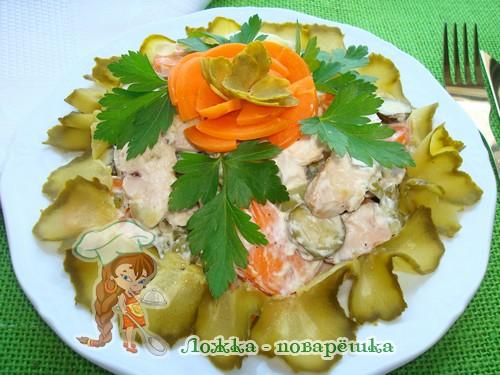 Салат из молок лососевых рыб, моленого огурца и моркови