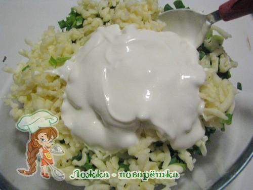 Сыр с зеленью и сметаной