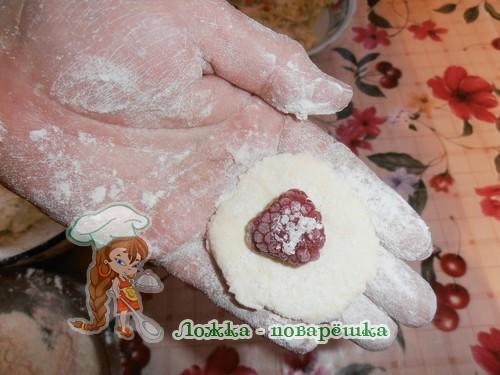 Творожные галушки с малиной