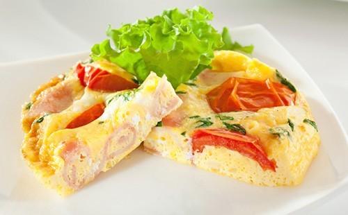 Омлет с ветчиной, помидором и сыром