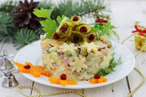 Классический «Оливье с колбасой»
