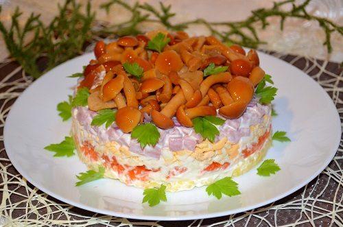 Салат с маринованными опятами и ветчиной рецепт