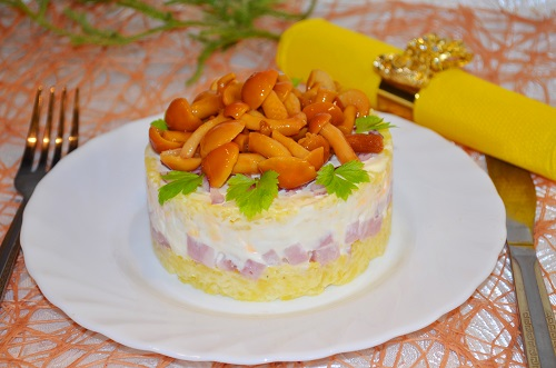 Салат с маринованными опятами и ветчиной