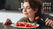 Почему еда кажется безвкусной, если не чувствовать ее аромата