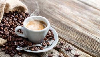 Чем опасно пить кофе в летнюю жару