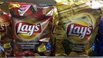 Почему в пачках чипсов на самом деле не воздух, а азот, и зачем его туда закачивают