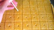 Зачем на крекерах делают маленькие дырочки