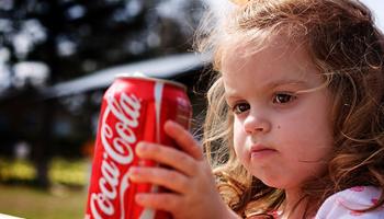 Какие привычные продукты можно есть взрослым, но опасно давать детям
