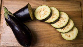 Почему не стоит есть баклажаны в сыром виде