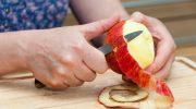 Почему не стоит снимать кожуру с фруктов перед едой