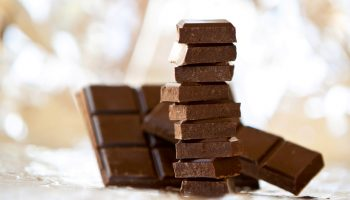 Какой шоколад нельзя хранить на свету
