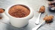 Чем коричневый сахар отличается от обычного и в чем его польза