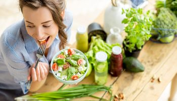Как правильно сочетать ингредиенты в салате, чтобы он был действительно полезным