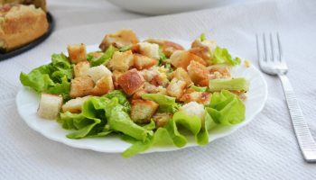 3 ошибки при приготовлении салата «Цезарь», из-за которых блюдо отличается от оригинала