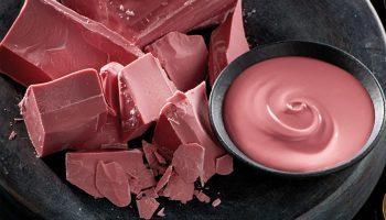 Из чего готовят розовый шоколад и какими полезными свойствами он обладает