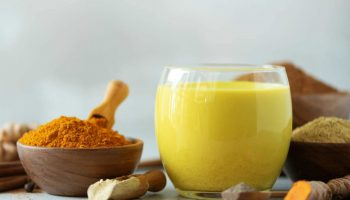 Что собой представляет «золотое молоко» и почему оно так ценится в Индии
